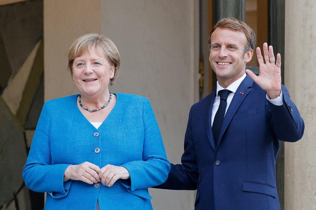 La chancelière allemande Angela Merkel et le président français Emmanuel Macron posent avant une réunion et un dîner de travail à l'Elysée, le 16 septembre 2021.