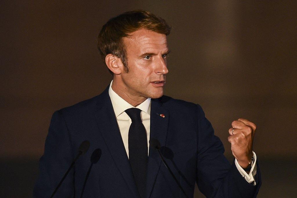 Le président Emmanuel Macron prononce une déclaration lors du 8e sommet des pays méditerranéens MED7 à Athènes, le 17 septembre 2021.