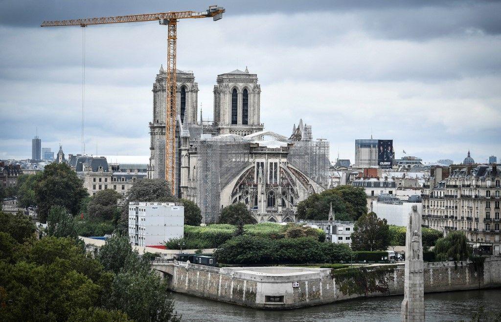 Une photo, prise le 19 août 2021, montre une grue géante à l'extérieur de la cathédrale Notre-Dame, partiellement détruite lors d'un incendie.