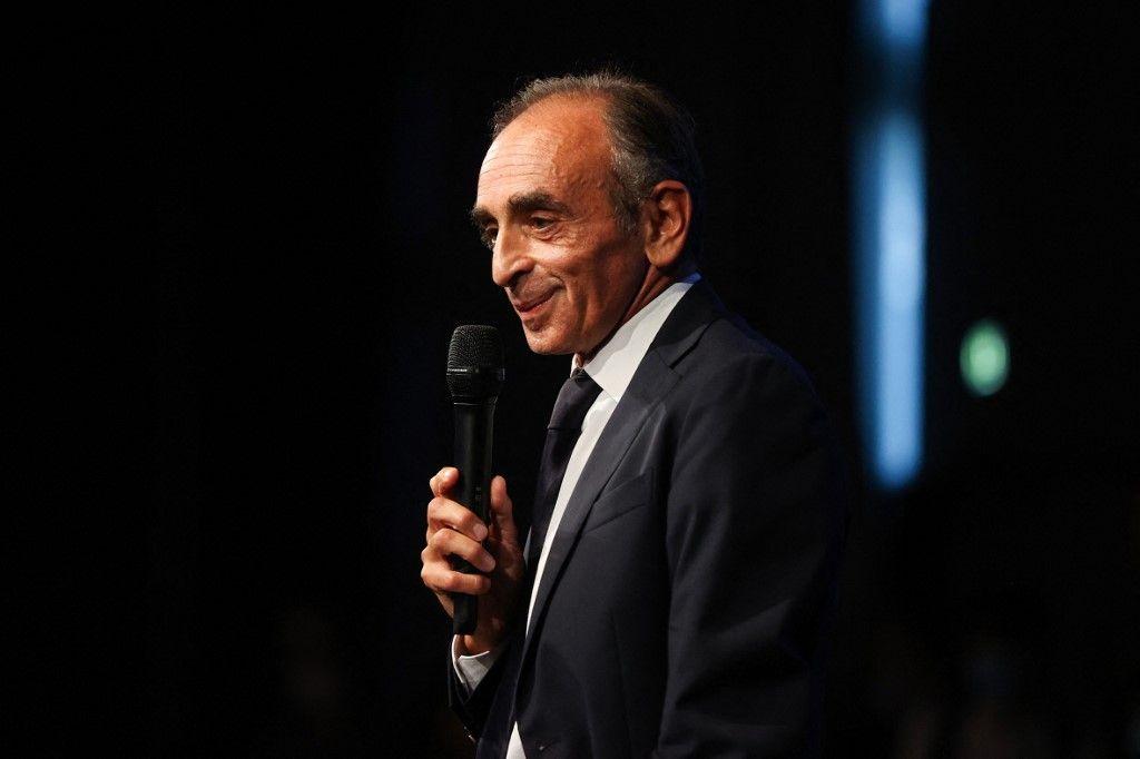 """Eric Zemmour prononce un discours lors du lancement de la promotion de son nouveau livre """"La France n'a pas dit son dernier mot"""", à Nice, le 18 septembre 2021."""