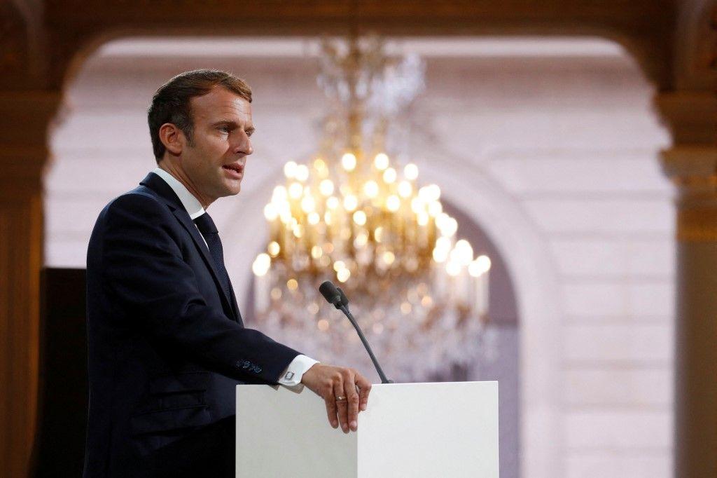 Le président Emmanuel Macron prononce un discours lors d'une cérémonie à la mémoire des Harkis, des Algériens qui ont aidé l'armée française, à l'Elysée, le 20 septembre 2021.