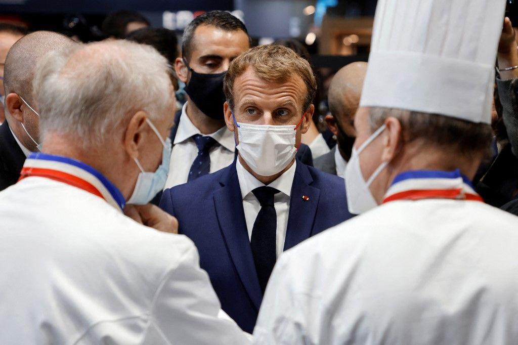 Emmanuel Macron rencontre des chefs français lors de sa visite au Salon international de la restauration au hall Eurexpo à Lyon, le 27 septembre 2021.