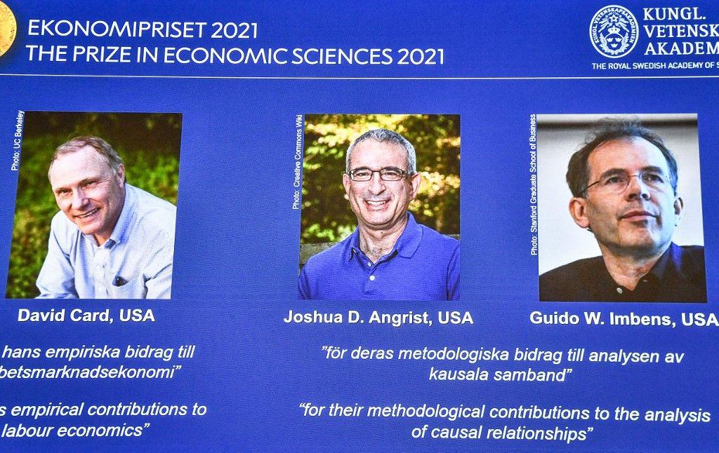 Les lauréats du prix Nobel 2021 en sciences économiques, David Card, Joshua Angrist, Guido Imbens, révélés lors d'une conférence de presse à Stockholm, le 11 octobre 2021.