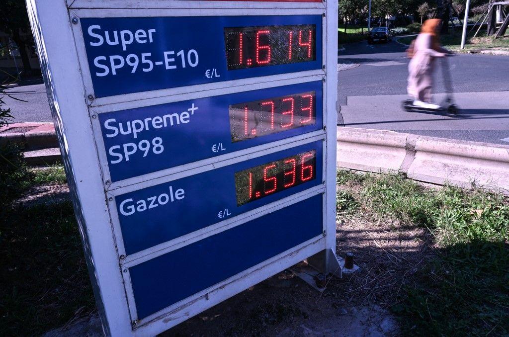 Les prix à une station service de Montpellier, le 12 octobre 2021.