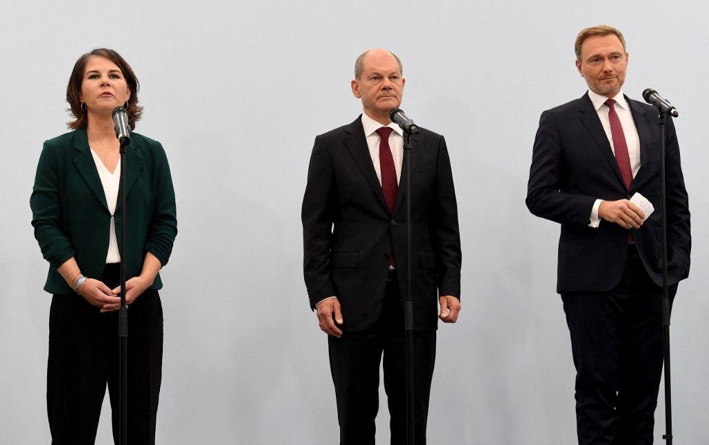 Annalena Baerbock, Olaf Scholz et Christian Lindner font une déclaration à l'issue d'une session d'entretiens entre des membres dirigeants du parti social-démocrate SPD, les Verts et le parti démocrate libre FDP, le 15 octobre 2021, à Berlin.