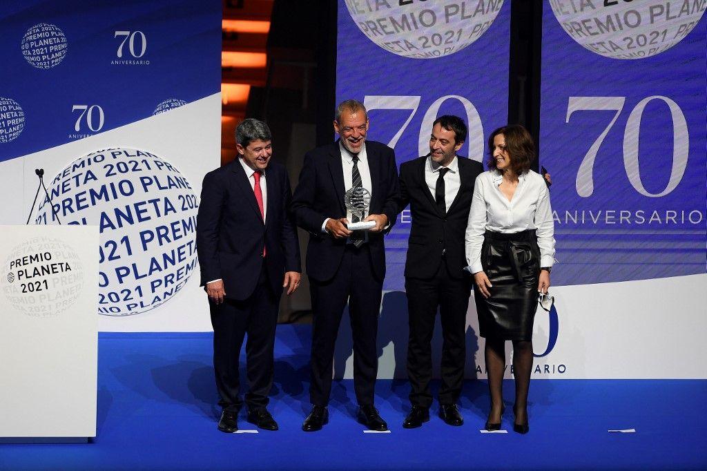 """Les lauréats du prix Premio Planeta 2021 en Espagne, Antonio Mercero, Jorge Diaz et Agustin Martinez, pour leur roman """"La Bestia"""", écrit sous le pseudonyme de Carmen Mola, posent lors de la cérémonie."""