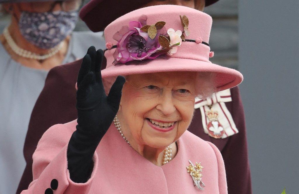 La reine Elizabeth II salue la foule après avoir assisté à la cérémonie d'ouverture du sixième Senedd, à Cardiff, au Pays de Galles.