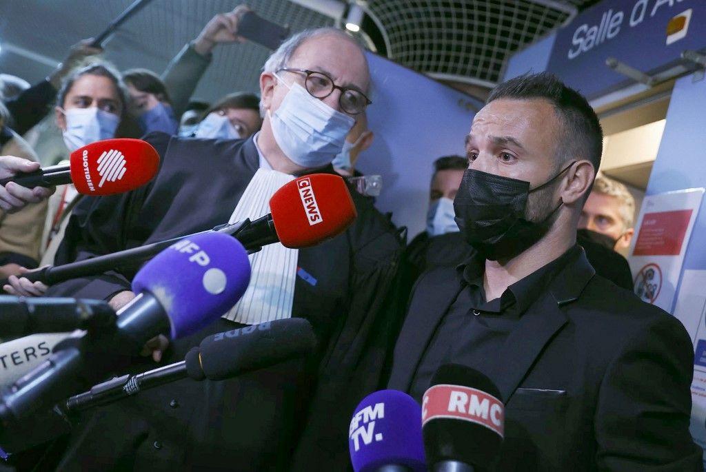 Le footballeur Mathieu Valbuena s'adresse aux journalistes à l'intérieur d'un tribunal à la fin de l'audience à Versailles, le 20 octobre 2021, au premier jour du procès.