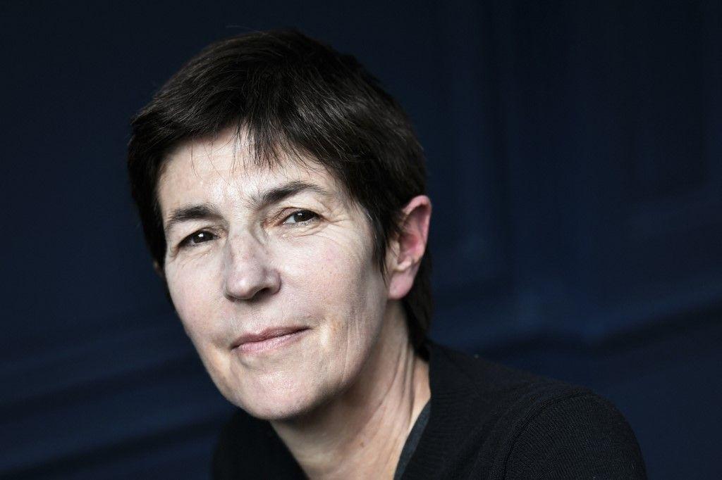 """Lauréate du Prix Médicis 2021 pour le roman """"Le Voyage dans l'Est"""", Christine Angot pose pour des photos, à Paris, le 26 octobre 2021."""