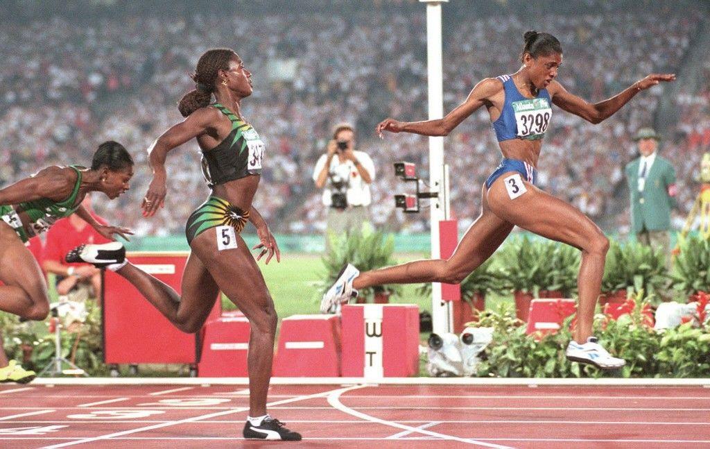 Marie-José Pérec franchit la ligne d'arrivée de la finale olympique du 200 m féminin devant la jamaïcaine Merlène Ottey, le 1er août aux Jeux Olympiques d'Atlanta en 1996.