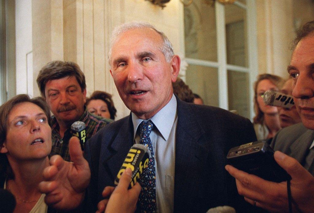 L'ancien président de la commission de la Défense de l'Assemblée nationale Paul Quilès, répond aux questions des journalistes, le 13 septembre 2000, à l'Assemblée nationale.
