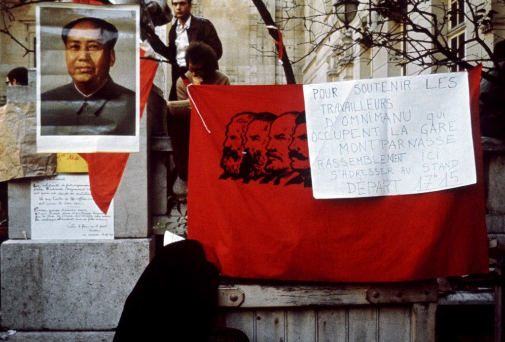 Dans la cour de l'université de Paris-Sorbonne, occupée par des étudiants contestataires, un portrait de Mao Zedong et un drapeau pro-maoiste sont accrochés au mur au mois de mai 1968.