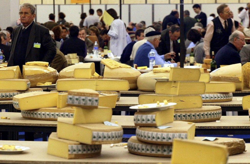 Le concours général agricole des fromages, le 25 février 2002, au Parc des expositions de la Porte de Versailles à Paris, lors du Salon international de l'agriculture.