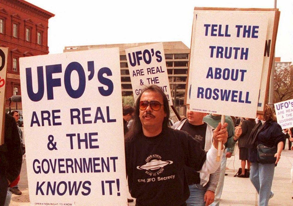 Un groupe de manifestants défilent en mars 1995 pour sensibiliser le public sur un accident de ballon météo à Roswell, en 1947.