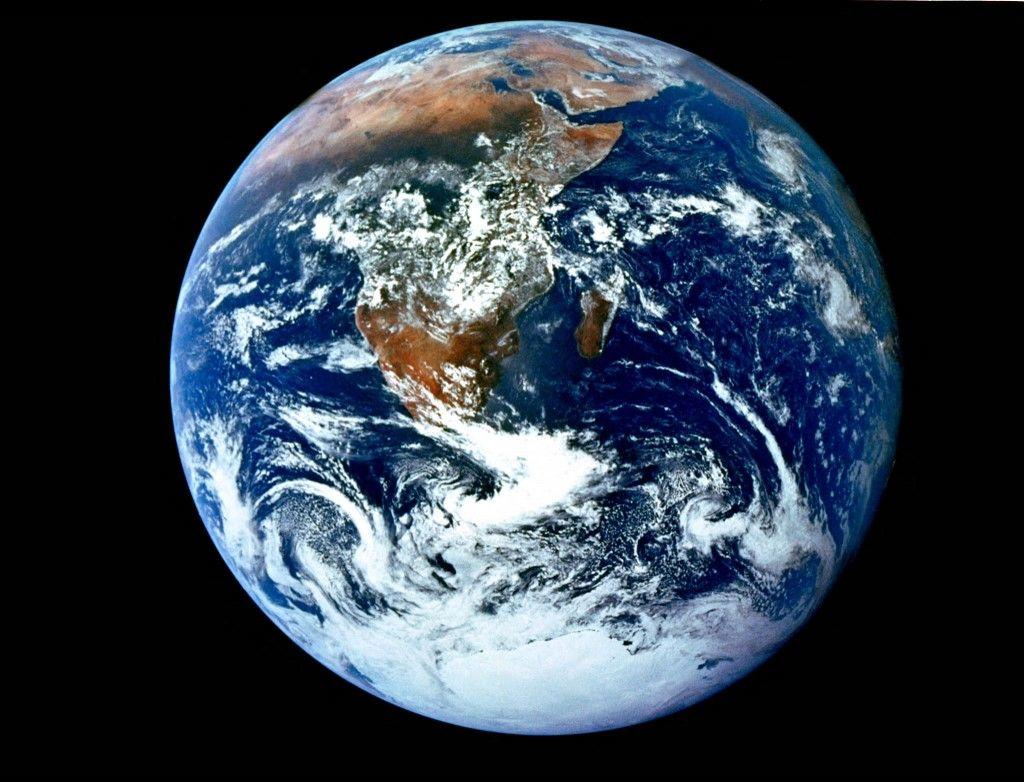 Cette image de la NASA montre une vue de la Terre vue par l'équipage d'Apollo 17 alors qu'ils se dirigeaient vers la lune.