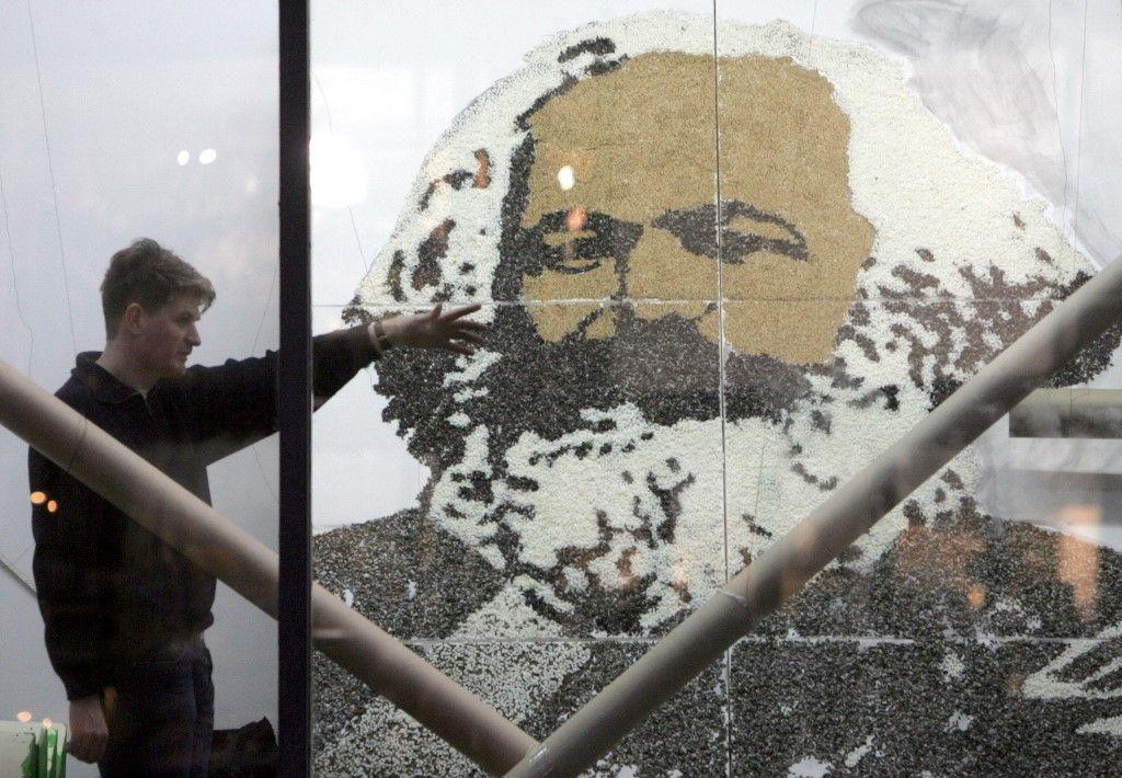 Un artiste termine une installation présentant un portrait géant du philosophe et historien Karl Marx, dans une galerie à Berlin le 03 février 2005.
