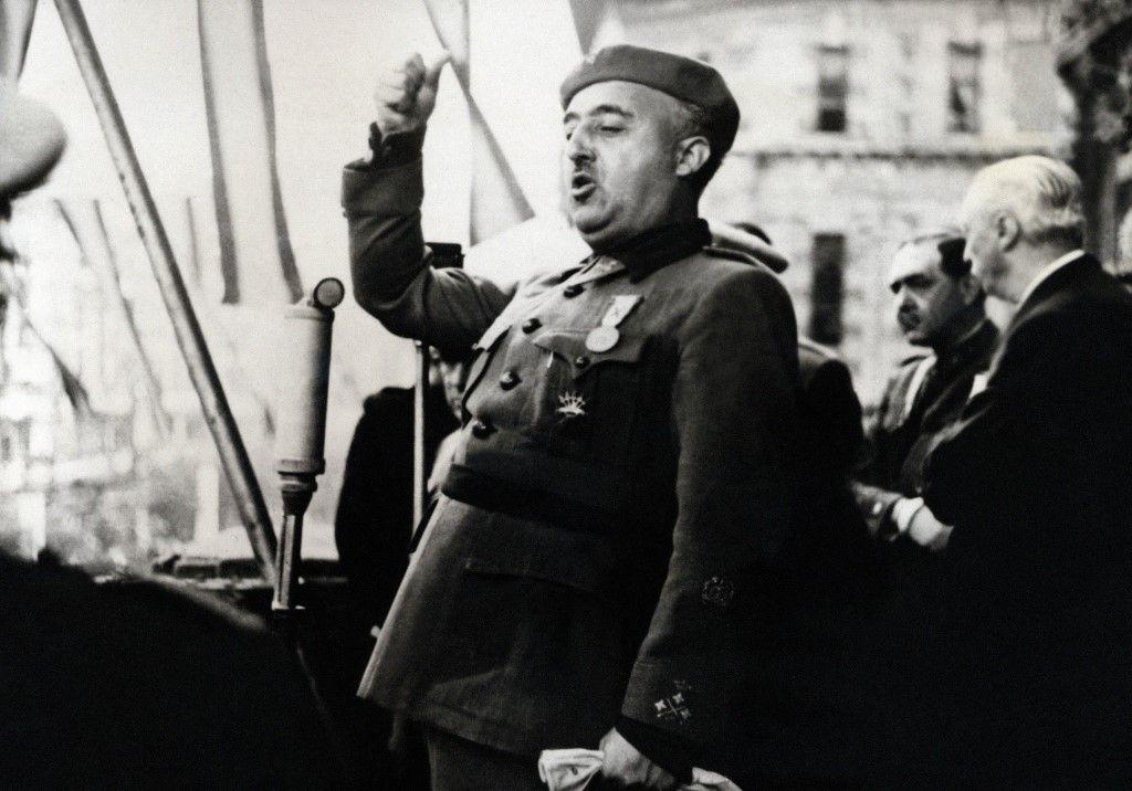 Le chef de l'État espagnol, le général Francisco Franco, prononce un discours à Bilbao en 1939.