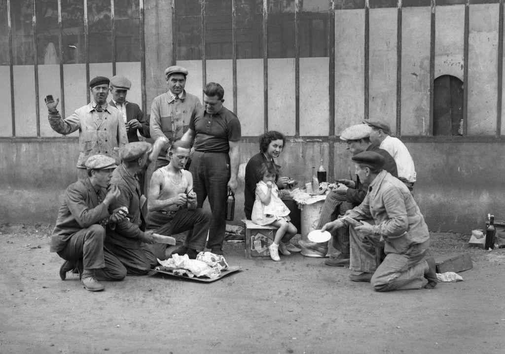 Des ouvriers grévistes qui occupent leur usine pique-niquent au mois de mai 1936 lors des grandes grèves qui ont marqué le gouvernement du Front populaire
