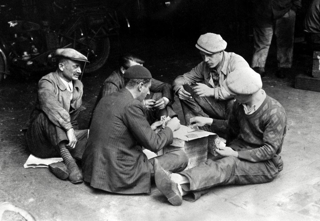 Des ouvriers grévistes qui occupent leur usine au mois de mai 1936 jouent aux cartes lors des grandes grèves qui ont marqué le gouvernement du Front populaire.