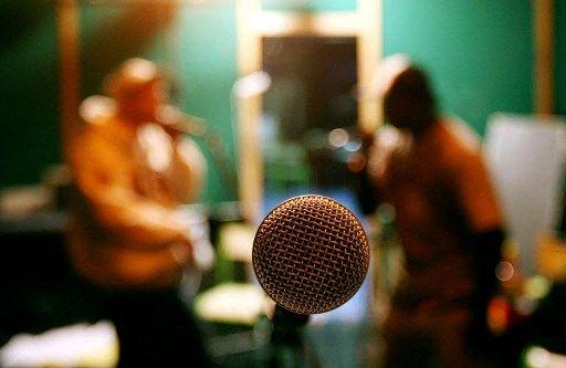Un bon micro et une pièce phoniquement isolée sont deux éléments importants pour un podcast réussi.