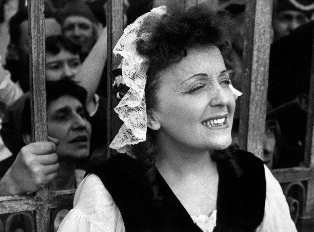 """La chanteuse Edith Piaf, en août 1953, lors du tournage du film """"Si Versailles m'était conté"""" de Sacha Guitry."""