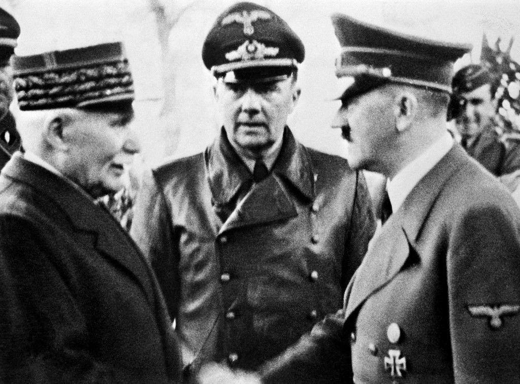 Philippe Pétain serre la main du chancelier allemand Adolf Hitler à Montoire-sur-le-Loir, dans l'ouest de la France, le 24 octobre 1940, lors d'entretiens à l'issue desquels Pétain accepte les conditions d'Hitler, notamment la collaboration.