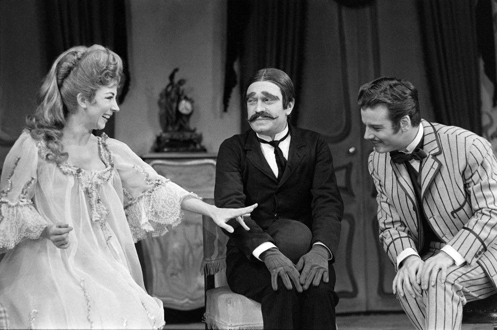 Micheline Boudet, Robert Hirsch et Jean Piat le 09 décembre 1961 sur la scène de la Comédie Française dans la pièce ''Un fil a la patte'' de Georges Feydeau.