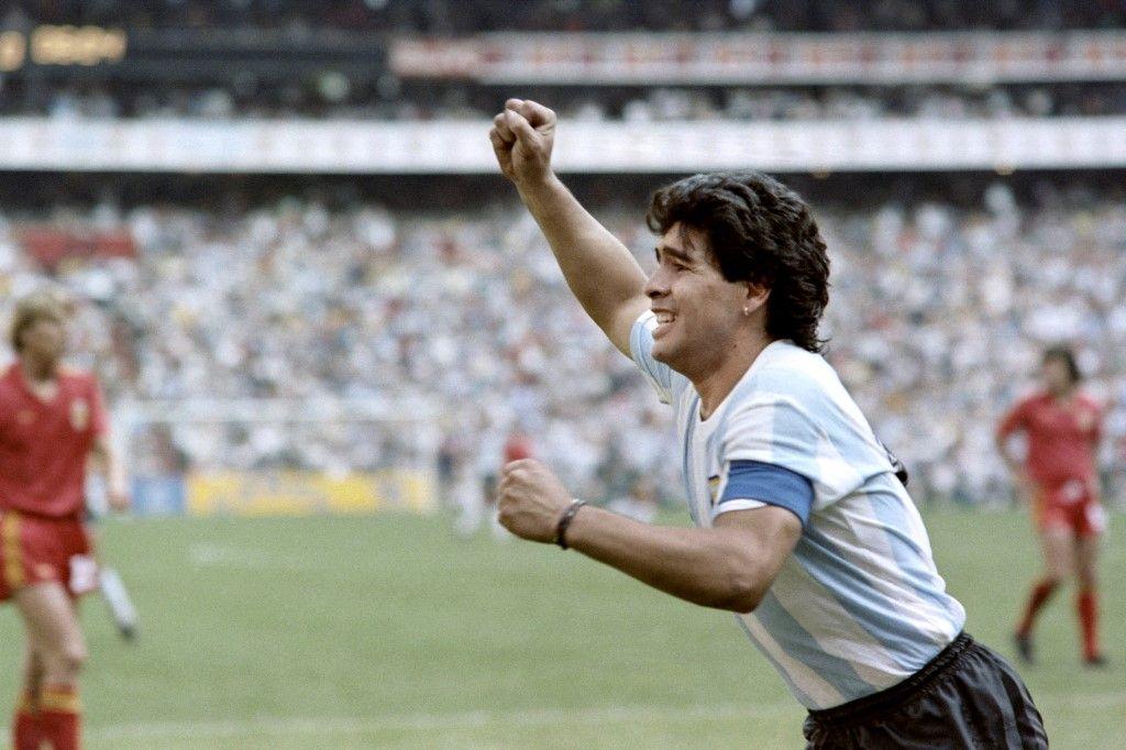 L'attaquant argentin Diego Maradona exulte après avoir inscrit un but, lors de la demi-finale de la Coupe du monde de football entre l'Argentine et la Belgique le 25 juin 1986 à Mexico.