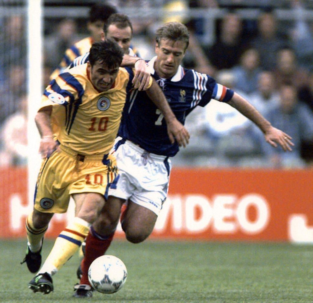 Gheorghe Hagi se bat pour le ballon avec Didier Deschamps lors d'un match de football France / Roumanie des championnats d'Europe de football, le 10 juin 1996.