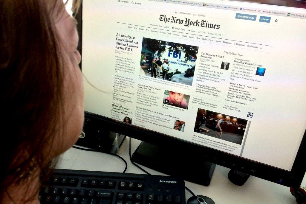 Une femme lit la version numérique du New York Times sur son ordinateur le 15 juin 2016 à Washington.