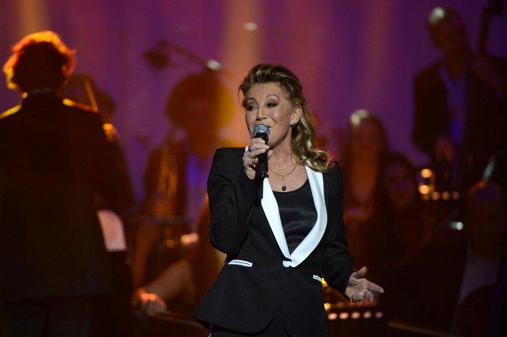 La chanteuse française Sheila se produit lors des 28e Victoires de la Musique.