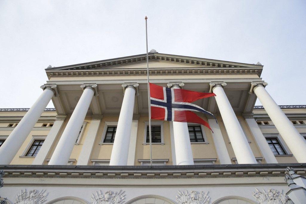 Le drapeau norvégien flotte en berne en signe de respect à Nelson Mandela, au château royal d'Oslo, le 6 décembre 2013.