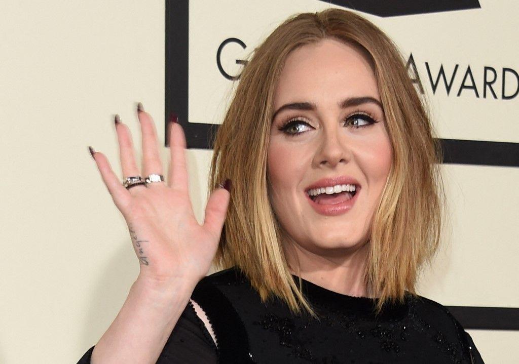 La chanteuse Adele arrive sur le tapis rouge lors de la 58e cérémonie des Grammy Music Awards à Los Angeles, le 15 février 2016.