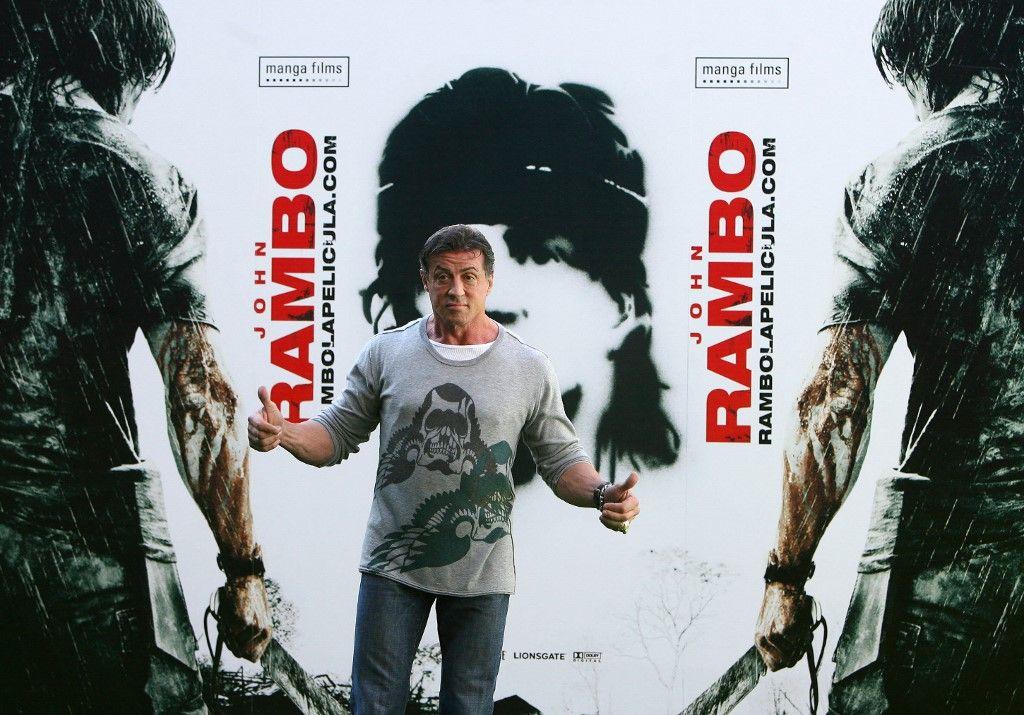 L'acteur américain Sylvester Stallone pose lors d'un photocall pour son nouveau film John Rambo au stade Santiago Bernabeu de Madrid, le 28 janvier 2008.