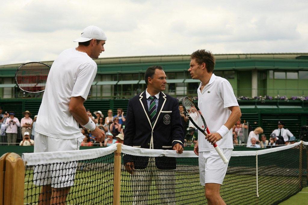 Nicolas Mahut et John Isner pendant les championnats de tennis de Wimbledon, dans le sud-ouest de Londres, le 24 juin 2010. Les deux joueurs ont battu le record du match le plus long de l'histoire.