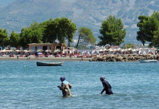 Des baigneuses en burkini sur une plage d'Albanie, en 2016.
