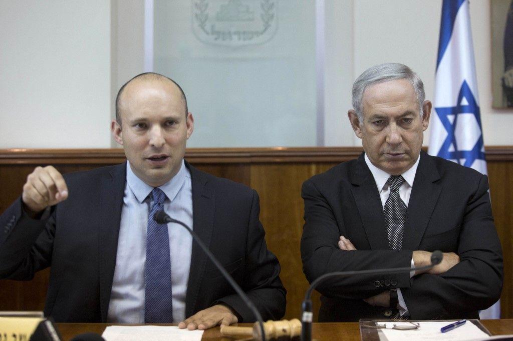 Le Premier ministre israélien Benjamin Netanyahou écoute le ministre de l'Éducation, Naftali Bennett, lors de la réunion hebdomadaire du cabinet le 30 août 2016.