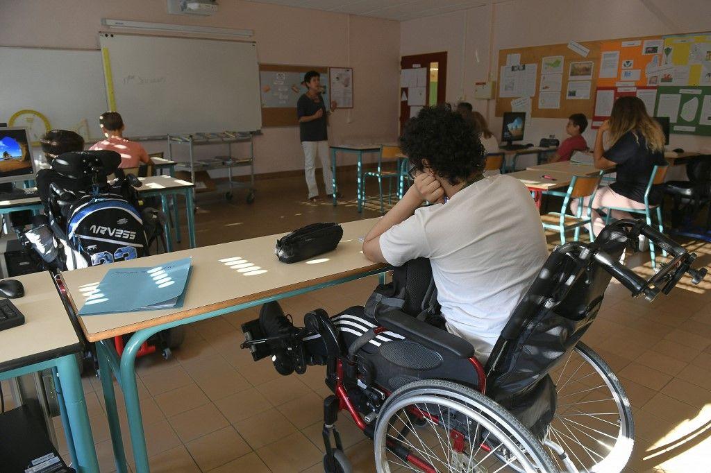 Des élèves en situation de handicap dans une classe d'un lycée à Caluire et Cuire près de Lyon, pour la rentrée scolaire le 1er septembre 2016.
