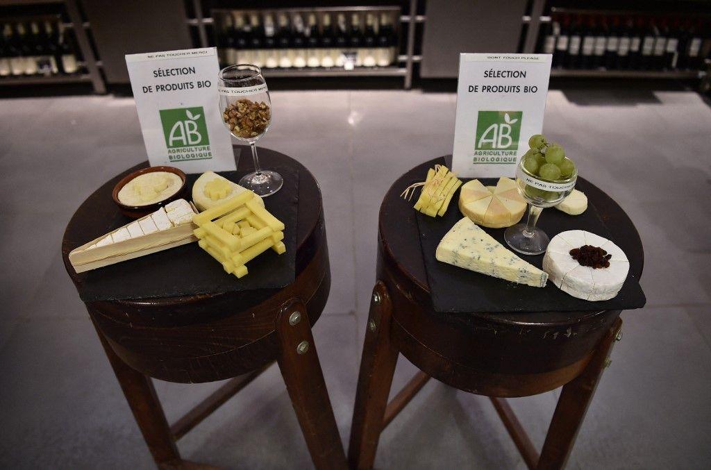 Des produits bio sont exposés dans une boutique Monoprix lors d'un point presse à Paris, le 18 octobre 2016.