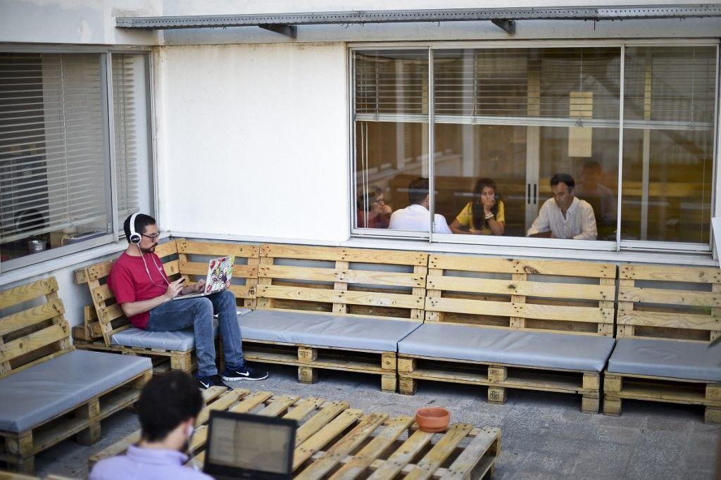 Les locaux d'une entreprise. Certains salariés participent à une réunion.