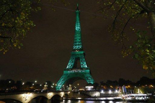 La tour Eiffel illuminée en vert pour célébrer la COP21, en 2016.