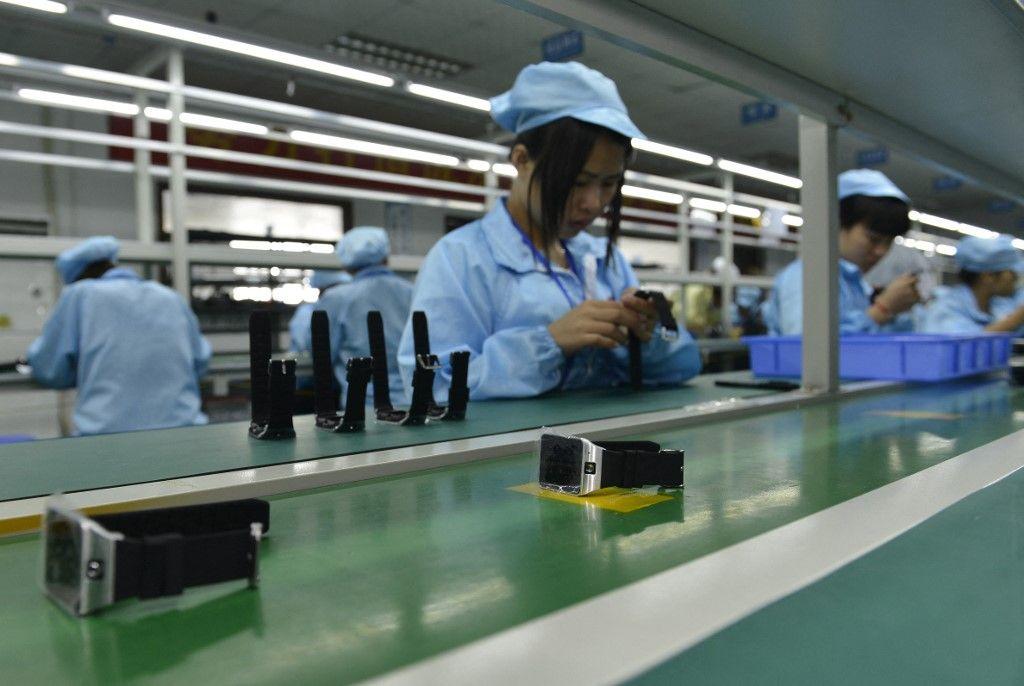 Des travailleurs chinois assemblent une alternative locale et moins chère à l'Apple Watch dans une usine produisant des milliers de montres chaque jour à Shenzhen, en province du Guangdong, dans le sud de la Chine.