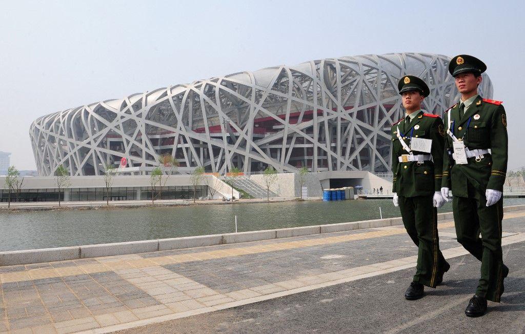 La police paramilitaire patrouille à l'extérieur du stade national, mieux connu sous le nom de Nid d'oiseau, en 2008 à Pékin.