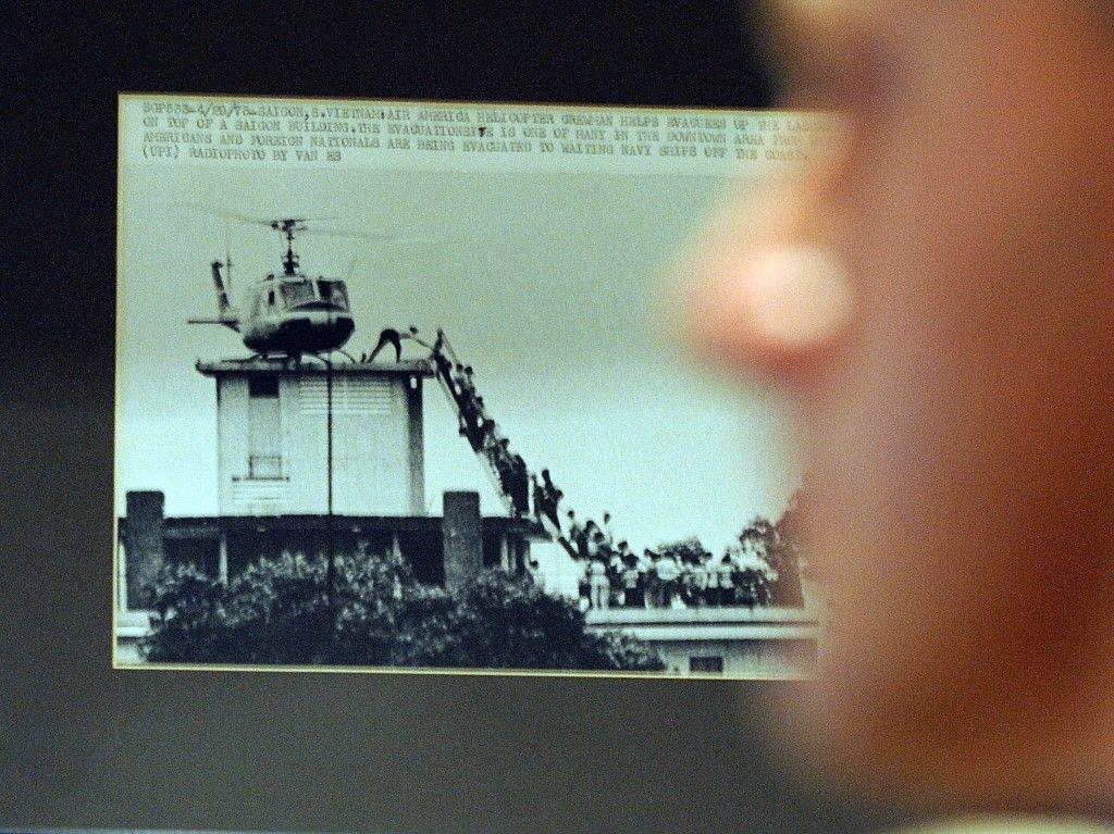 Une photo montrant la chute de Saigon en 1975 par Hubert Van Es sur le mur du Club des correspondants étrangers à Hong Kong le 15 mai 2009.