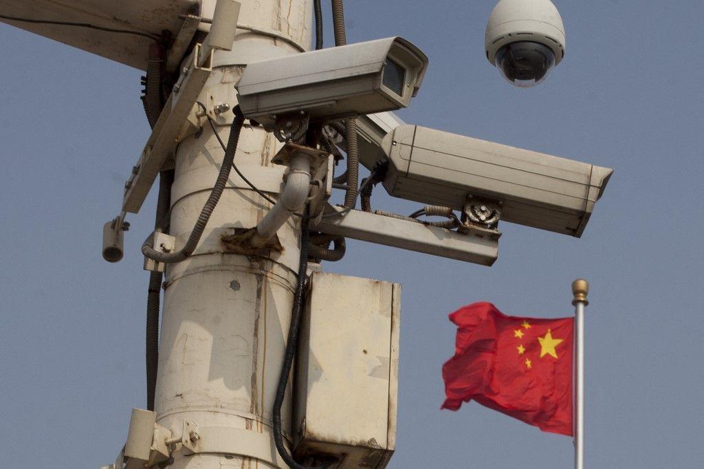 Le drapeau national chinois flotte derrière des caméras de sécurité sur la place Tiananmen le 4 juin 2012.