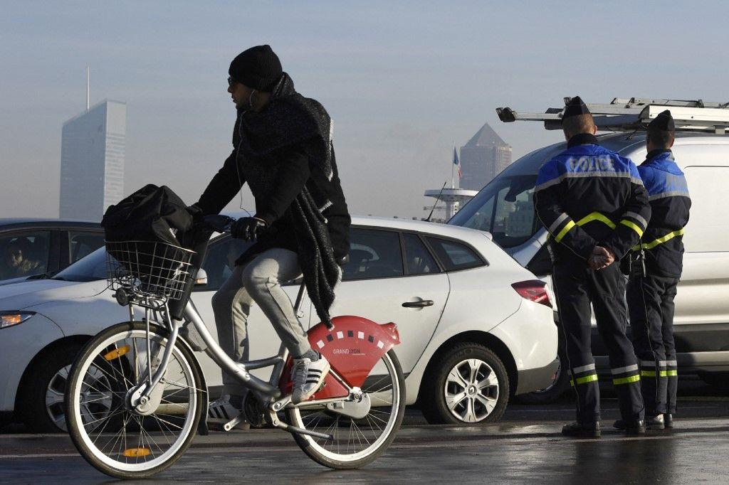 Des policiers français contrôlent des automobilistes dans le cadre des mesures anti-pollution à Lyon, le 9 décembre 2016.