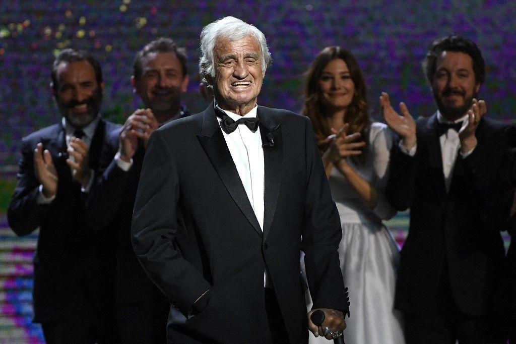 L'acteur Jean-Paul Belmondo sur scène lors de la 42e édition de la Cérémonie des César à Paris le 24 février 2017. Un hommage aux Invalides sera rendu à l'acteur ce jeudi.
