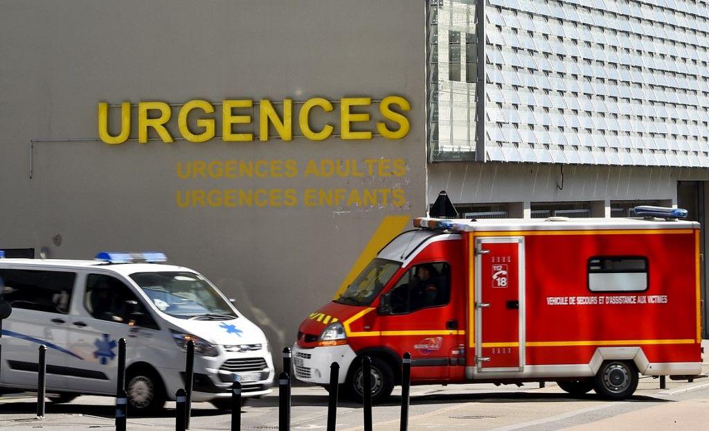 Une ambulance et un camion de pompiers roulent devant les urgences du CHU de Nantes le 16 mars 2017, dans l'ouest de la France.