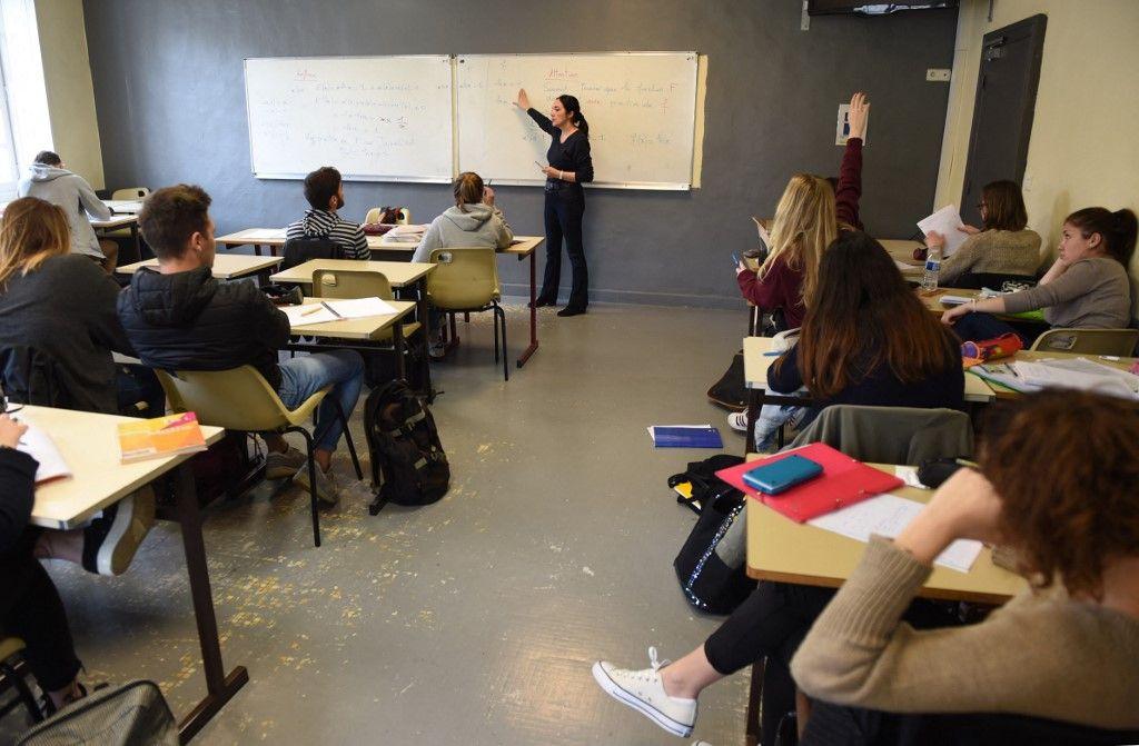 Une professeure de mathématiques donne un cours au lycée Le Mirail à Bordeaux.