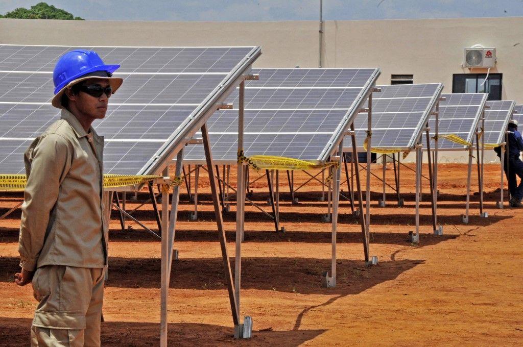 Photo prise le 30 septembre 2014, dans la ville de Cobija, au nord de la Bolivie, d'une centrale solaire photovoltaïque, qui produira 5MW pouvant couvrir tout le nord du pays. Le Danemark a participé à ce projet.